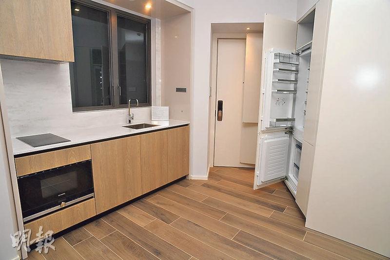 THE CARMEL實用587方呎兩房示範單位,設有兩個套房但不設客廁,大門位置設開放式廚房及儲物櫃。(劉焌陶攝)
