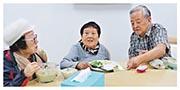 李小加父母(右起)大約半年前移居到廣東省一家長者屋,租住項目提供嘅雙人套房。