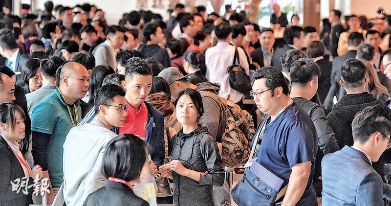 中海外大埔山塘路天鑽,折實均呎1.28萬元, 低於同區兩成推售,成功突圍,昨日推售486伙,全日售出約469伙,佔可供發售的97%。圖為昨日買家到場揀樓。(劉焌陶攝)