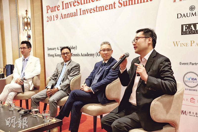 光大控股投資管理鍾富榮(右)、大新銀行陳建斌(右二)、鵬盛資產管理陳華德(左二)早前出席由基金經理陳德豪(左)籌辦的投資研討會。