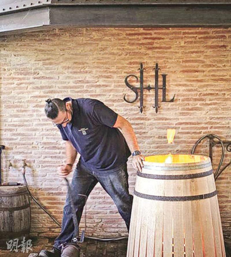 把橡木桶存放一兩年是釀造波爾多紅酒的重要環節。Chateau Smith Haut Lafitte 連橡木桶也要自己製造,一條龍控制釀酒的每一個細節,在波爾多酒莊十分罕見。