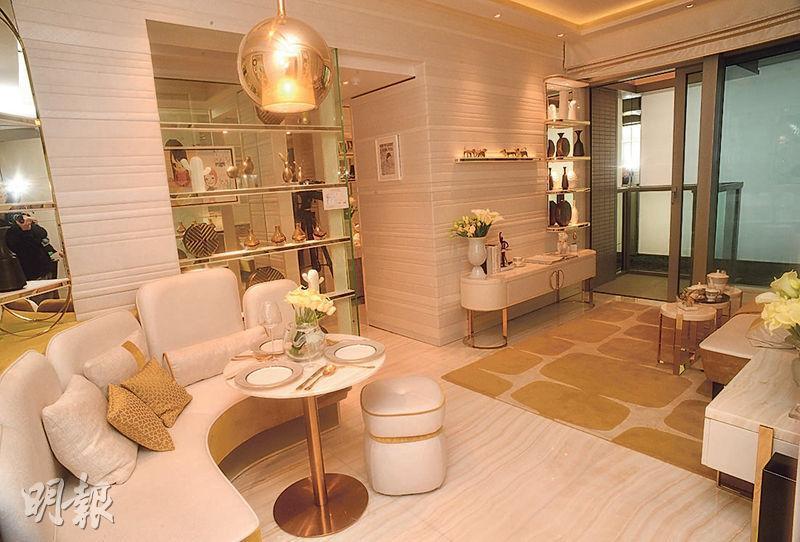 客飯廳間隔分明,家具裝潢以白色及芥末黃色為主調。(黃志東、劉焌陶攝)