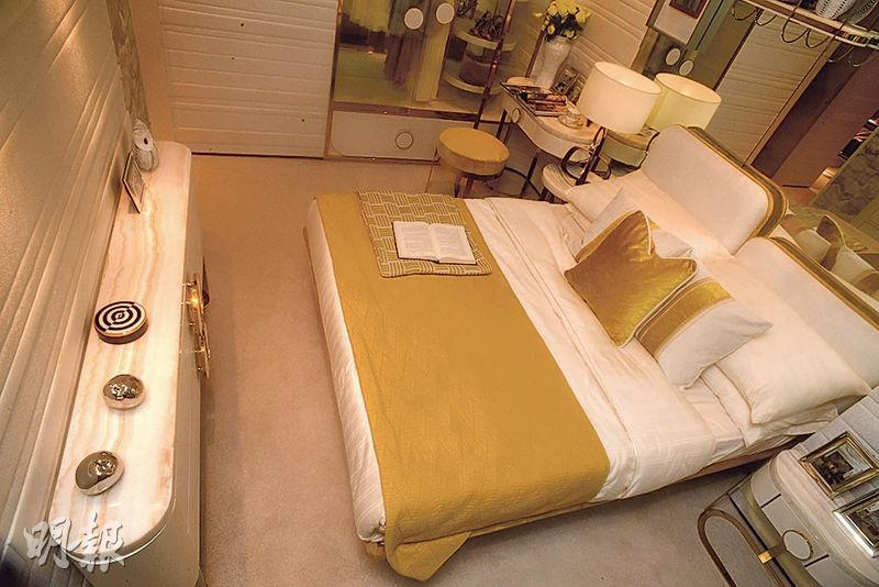 主人睡房中央放置雙人大牀,旁邊擺放衣櫃及梳妝枱後,仍有充裕空間走動。(黃志東、劉焌陶攝)