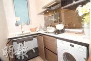 廚房放置曲尺工作枱,提供意大利品牌廚房櫃西門子家電等配套。(黃志東、劉焌陶攝)
