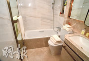 浴室以雲石鋪砌牆身,並設有全身鏡及鏡櫃,為住戶提供收納空間。(黃志東、劉焌陶攝)
