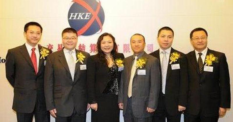 吳亞軍前夫蔡奎(左三)當年亦有出席龍湖上市儀式。