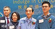 「舖王」鄧成波(右二)希望由地產投資公司轉型為綜合發展公司,現時家族旗下持有資產總值逾500億元,屬家族歷來最高紀錄。圖右一為其子鄧耀昇。(甘潔瑩攝)