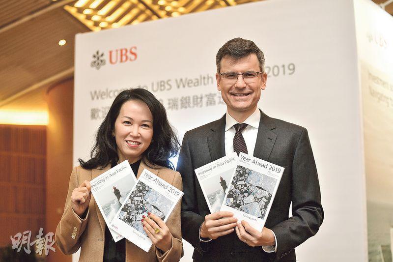 瑞銀Mark Haefele(右起)及陳敏蘭預測,美國貿易及貨幣政策今年會繼續為環球投資市場帶來波動。(楊栢賢攝)