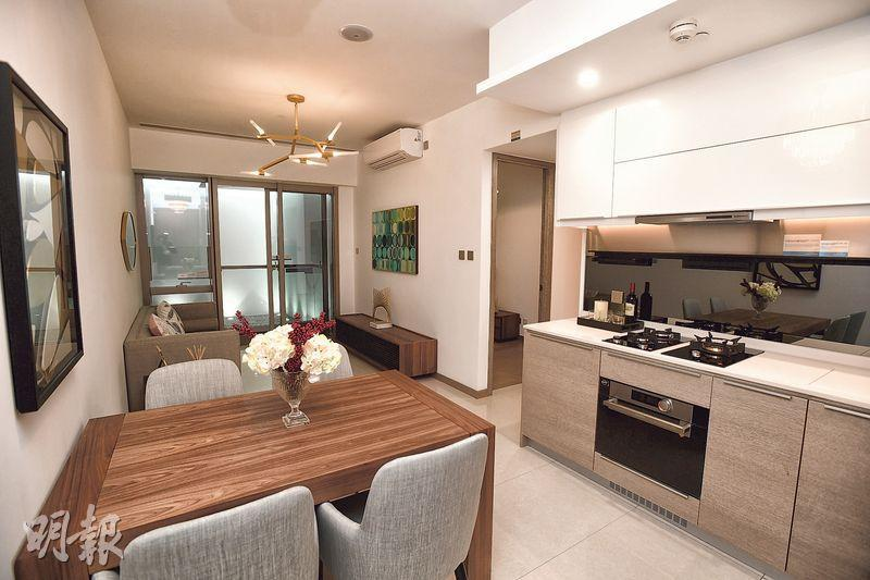 客廳外連露台,飯廳可放置4人餐桌。(賴俊傑、鄧宗弘攝)