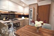 開放式廚房設多項家電,另有白色吊櫃。(賴俊傑、鄧宗弘攝)
