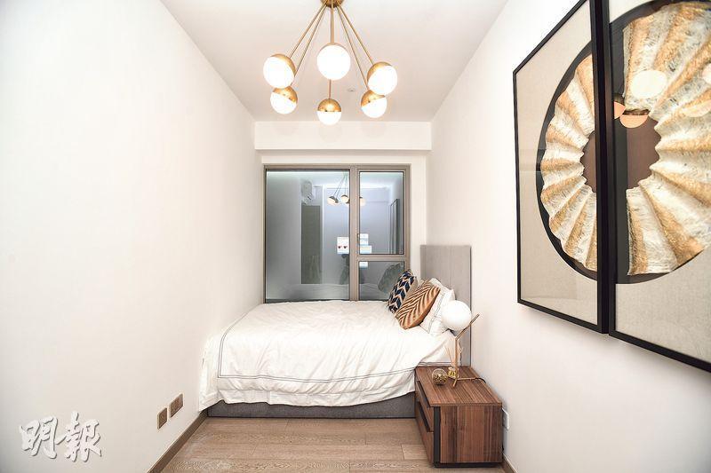 單位其中一個睡房長約4.6米、闊約2米,擺放雙人牀後,仍有不少走動空間。(賴俊傑、鄧宗弘攝)