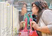香港樓價之高舉世聞名,年輕人如欲做業主,難免要向父母求助。如果臨近或已屆退休年齡的父母,要小心衡量自己與子女的能力,以免退休生活被打亂。(資料圖片)