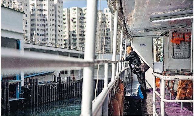 有調查指香港人不吃不喝近21年才可以供滿手上住宅物業,有學者認為政府「好難令香港樓市下跌」,應效法新加坡以低價出售大型公營房屋單位。(法新社)