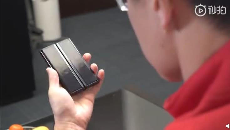 小米玩摺Mon,創辦人微博曬新機 摺疊方式有別於三星。(微博截圖)