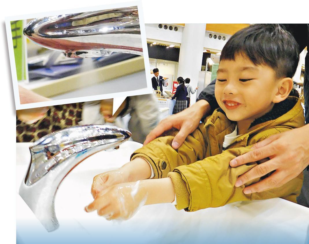 創科香港基金會及騰訊今個月初在奧海城的商場合作舉辦「創科繽FUN大灣區─粵港澳大灣區創科X STEM by Me成果展」,邀請了沐羽科技展出氣水混合清洗裝置。從小圖可見,水龍頭噴出來的是高速氣流結合細密水霧。(薛偉傑攝)