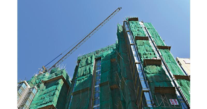 去年下半年私樓施工量僅3800伙,為2011年下半年錄得2800伙施工以來,7年來的半年度新低。圖為一個興建中的私人住宅項目。(中通社)