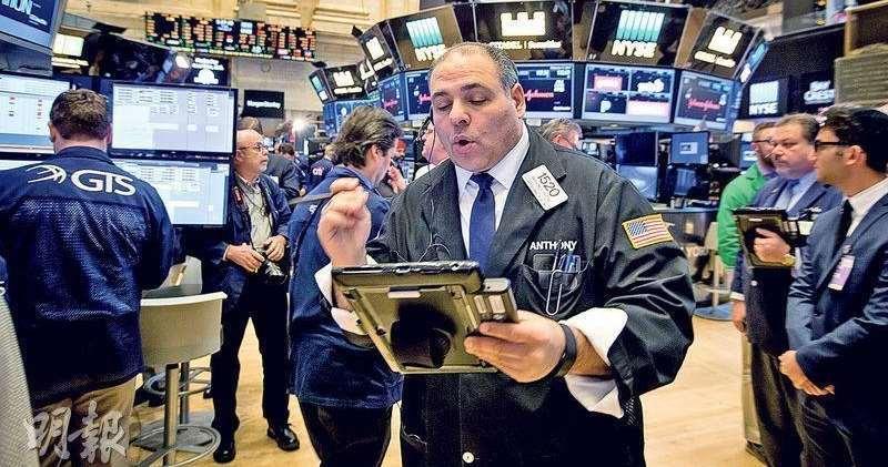 美股受重啟政府三星期的法案帶動,三大指數均錄得升幅。圖為紐交所交易員。