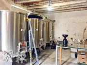 Château Gracia的酒窖只彈丸之地,簡陋得不能再簡陋,且釀酒用不銹鋼大桶,與左岸財大氣粗的酒窖不可相提並論,是名副其實的車房酒。