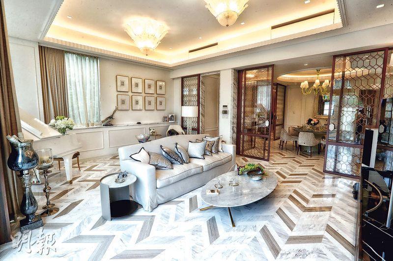 洋房選用白、啡色為主調,使用特色玻璃牆及趟門,分隔客飯廳。(李紹昌攝)