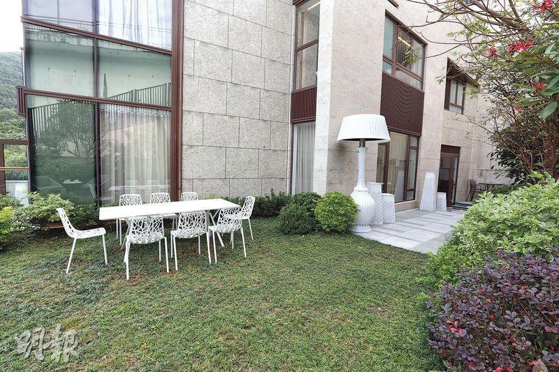客廳及廚房均可通往面積1749方呎的私家花園。(李紹昌攝)