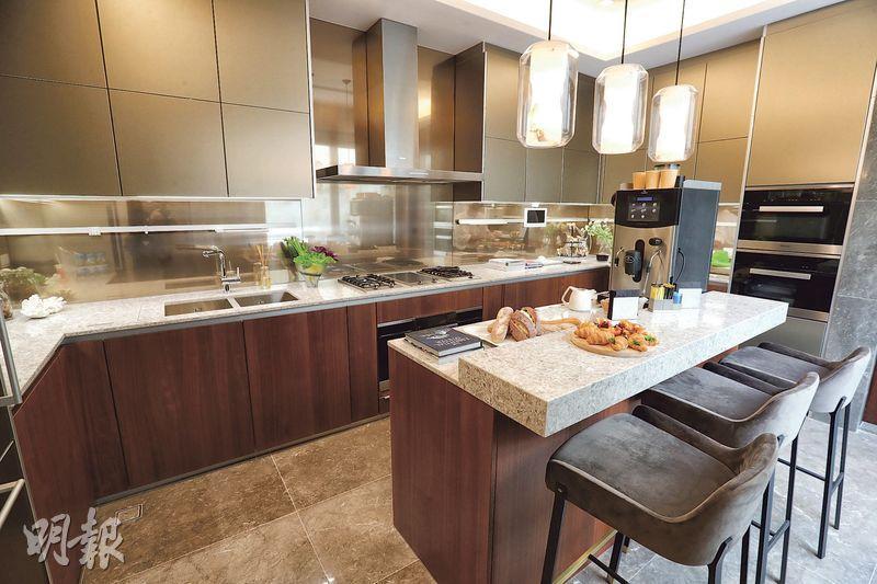 廚房採用中島式設計,配備Miele酒櫃、蒸爐、焗爐及氣體煮食爐等。(李紹昌攝)