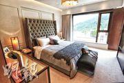 從主人睡房玻璃窗可望前排獨立屋泳池及西貢的翠綠山景。(李紹昌攝)