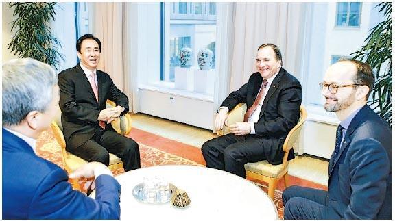 瑞典首相Stefan Lofven(右二)、工業與基建部長Tomas Eneroth(右一)與許家印(右三)一行座談交流。