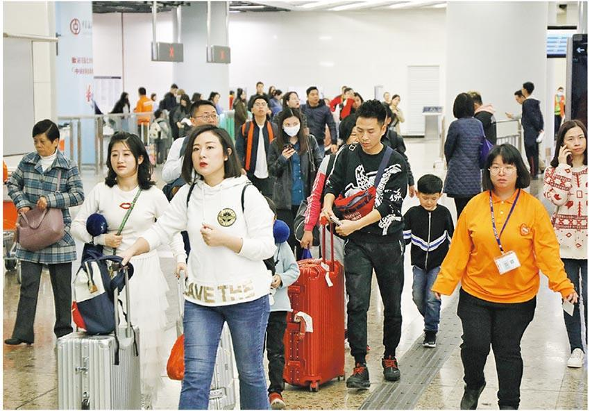 香港零售業去年底遇冷鋒,去年12月零售總銷貨價值增長按年升0.1%,遠遜市場預期,不過去年上半年增長強勁,全年仍升8.8%。零售協會表示,今年1月「有少少回暖」,如果外圍環境不再惡化,相信2019年增長仍達至低單位數。圖為旅客抵達香港高鐵站。(中通社)