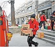 阿里巴巴公布,截至去年12月底,天貓實物商品貢獻的商品交易額(GMV)按年增長達29。圖為菜鳥天貓直送配送員。(新華社)