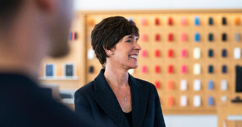 蘋果宣布,委任集團30多年老員工Deirdre O'Brien接任,成為蘋果零售及人力高級副總裁,直接向行政總裁庫克(Tim Cook)匯報。(蘋果圖片)