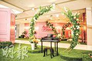 北角匯與花藝設計團隊合作,以粉紅色的繡球花和長春藤製成的花環,配襯鋼琴,成獨一無二的小小愛樂園。
