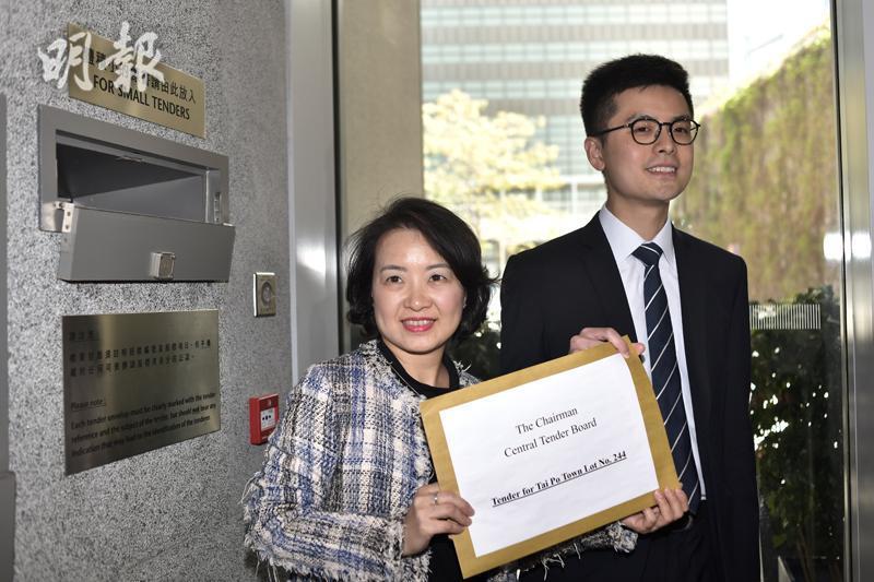 中信泰富代表(左)(馮凱鍵攝)