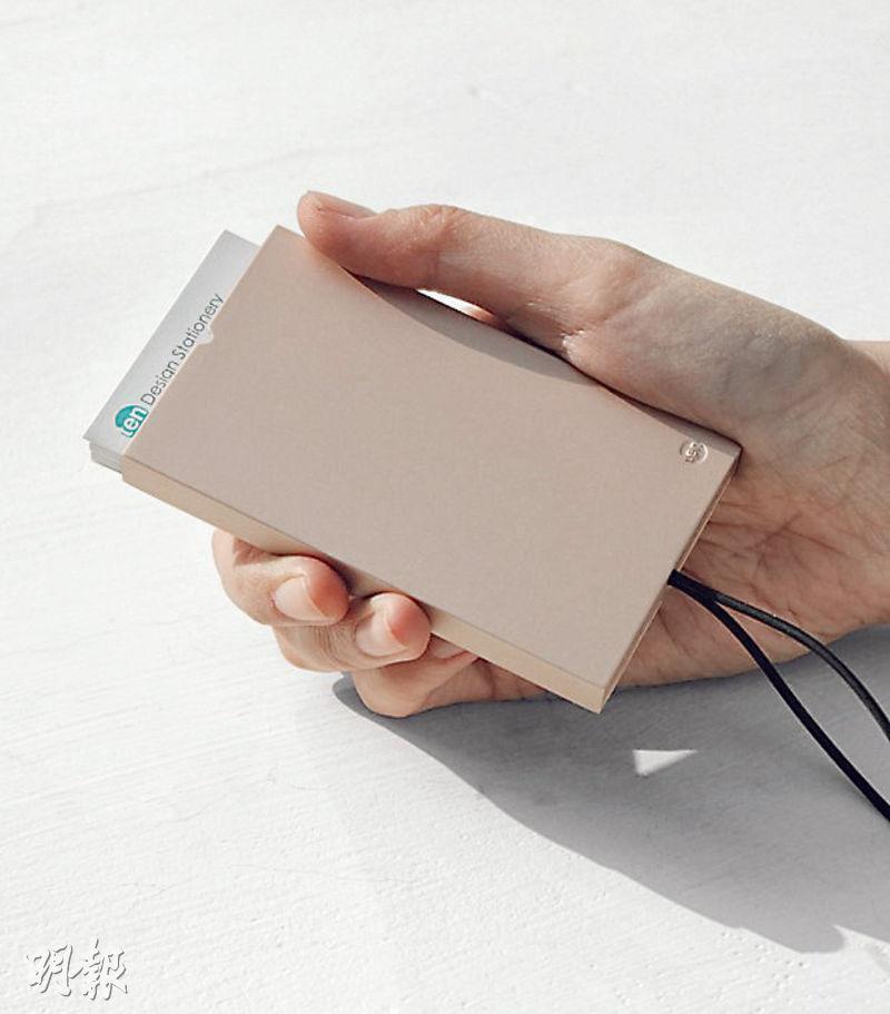 2017年香港智營設計大賞得獎產品「I am名片盒」,憑藉簡單實用的設計,去年更獲得德國設計獎金獎,是首次有本港產品獲該殊榮。