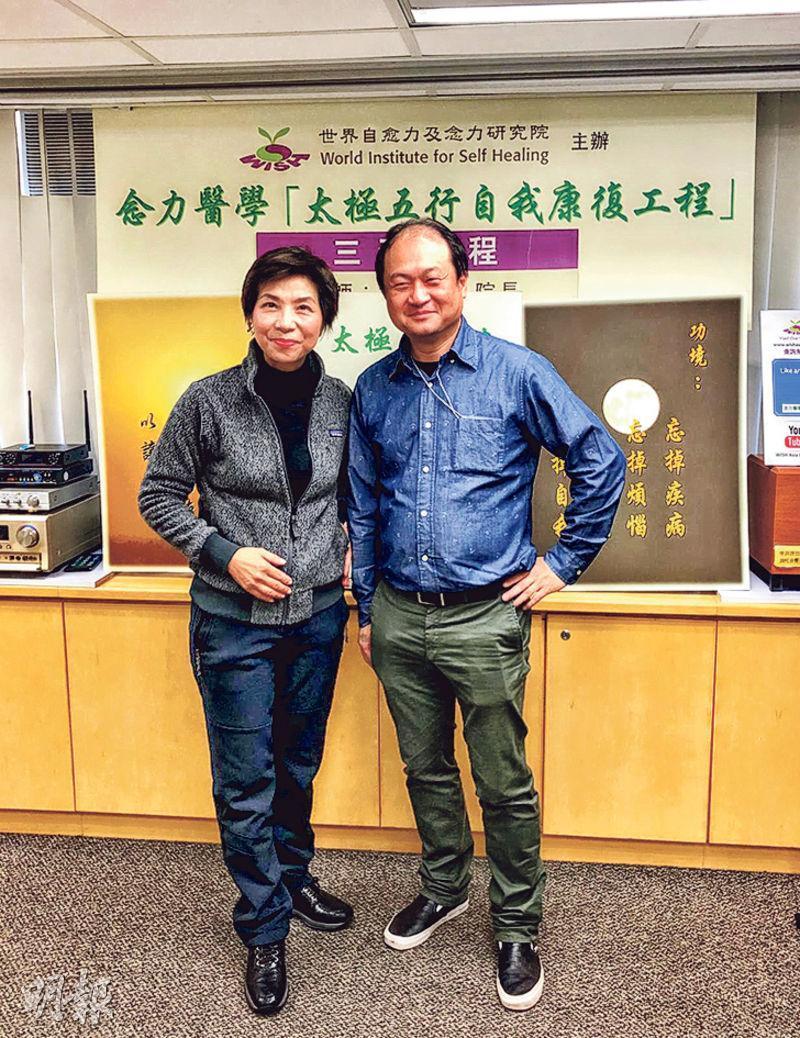 筆者狗年最滿意的投資,乃是跟趙婉君院長(左)學習了氣功兩至三星期後,老花好了八成,不用再戴眼鏡做節目和看書。