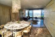 澐灃頂層複式單位客飯廳間隔分明,空間寬敞,可放置圓形大餐桌。(劉焌陶攝)