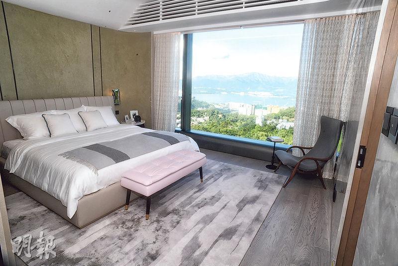 主人睡房設有特大玻璃窗,與客廳景觀相同。(劉焌陶攝)