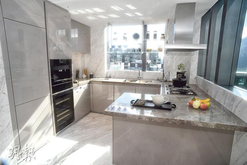 大廳另一邊為廚房,配備Miele酒櫃、洗衣乾衣機、蒸焗爐等。(劉焌陶攝)