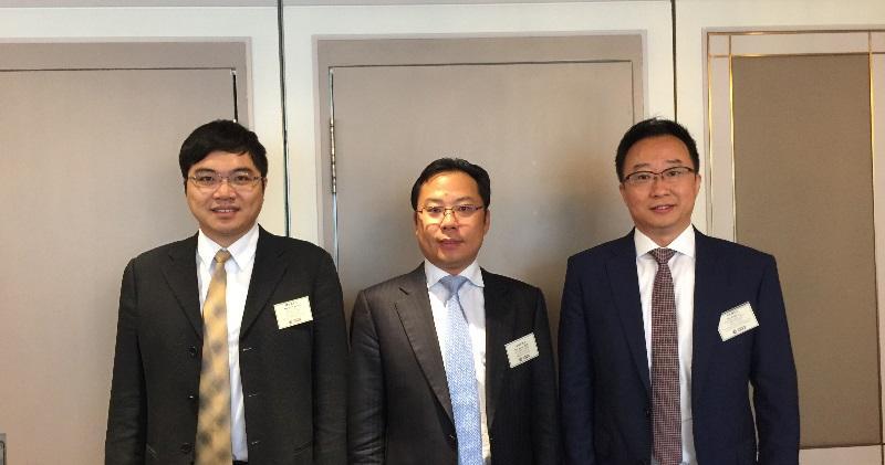 圖左起:中國燃氣資本運營中心副總經理譚宇威、常務副總裁朱偉偉、總裁助理兼資本運營中心總經理李雲濤。(陳子凌攝)