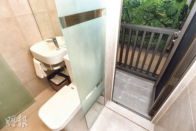 AVA228示範單位的浴室甚為狹窄,住戶要到單位的工作平台更要穿過企缸位置。