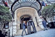 巴黎恐襲後國際旅客人數雖然只下降2.2%,但對當地經濟影響顯而易見,因為遊客不僅支持酒店和餐廳的職位,也為食物、餐品、餐具供應商、桌布及牀單製造商等帶來就業機會。