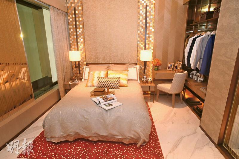 設計師把主人套房與相連的一間細房打通,增加主人套房面積。放置大牀後,仍有足夠空間擺放其他家俬。(劉焌陶攝)