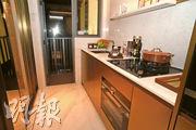 設計師把大廳接連廚房的間隔牆改作半透明玻璃。(劉焌陶攝)