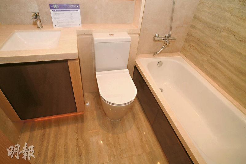 從同戶型的交樓標準示範單位可見,浴室以石材鋪砌,易於打理。(劉焌陶攝)