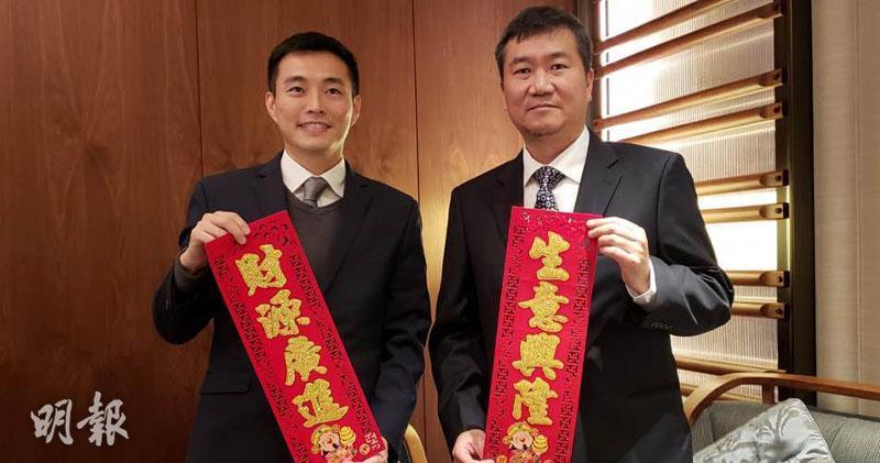 萬科置業(香港)市場營銷與客戶關係部董事周銘禧(左)、萬科置業(香港)項目董事鮑錦洲(右)
