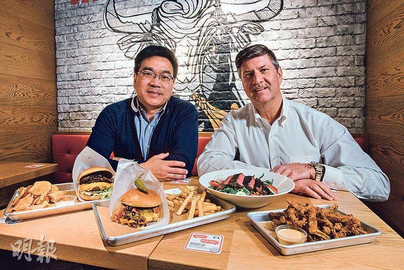 Outback上月引入母企Bloomin' Brands旗下新品牌。圖左為Outback Steakhouse營運總監黃振漢,旁為Bloomin' Brands高級營運總監Timothy Hayes。(馮凱鍵攝)