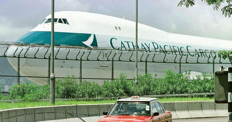 國泰航空昨日發盈喜,預計去年業績轉虧為盈,為近3年來首次賺錢;國泰昨同時公布今年1月合併客貨運量,其中貨運量持續下跌,按年跌逾3%至16.67萬公噸。圖為國泰貨機。(路透社)
