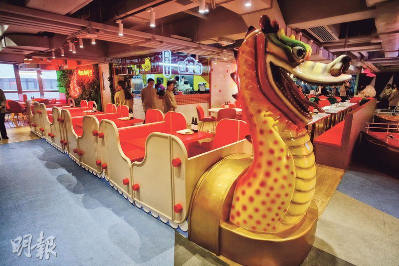 「荔園.流金歲月」佔地約6400方呎,昔日荔園遊樂設施如圖中的「過山飛龍」改成卡座,重現店內。(蘇智鑫攝)