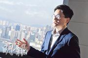 連續8屆成為《機構投資者》亞太地產研究冠軍隊伍成員、花旗銀行研究部中國香港地產研究主管楊海全預測樓價將於本季見底回升,因此推介地產股。(劉焌陶攝)