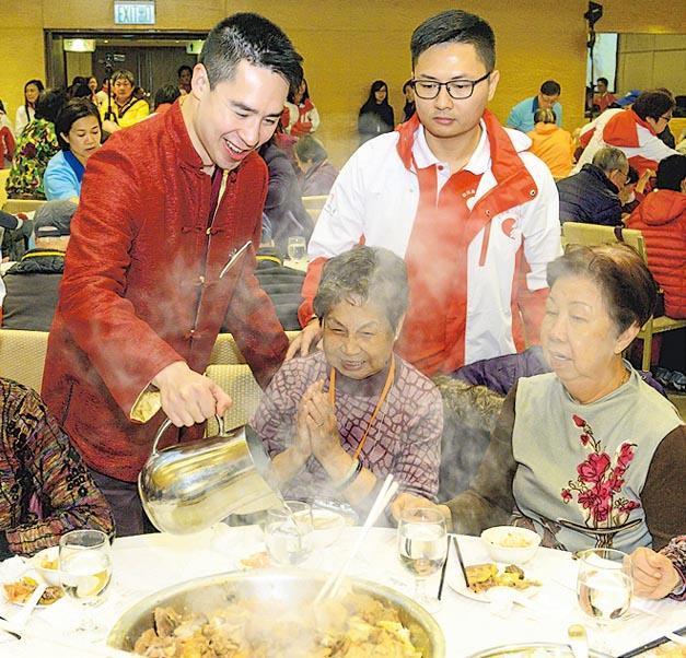 新地昨日在挪亞方舟舉辦盆菜宴,招呼咗一千個長者,就連新地執行董事郭基煇(左)都有出席。