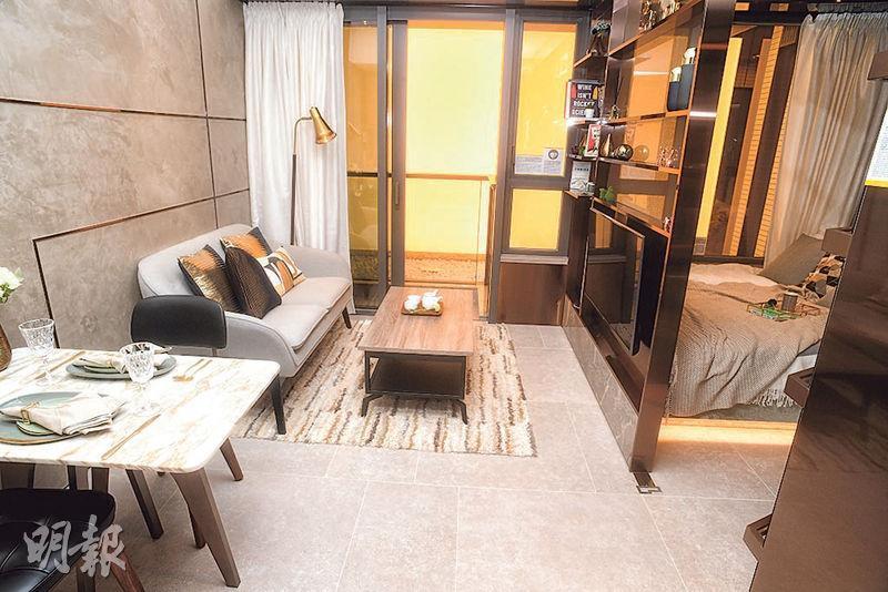 1房連裝修示範單位以金屬色為主調,設計師把單位部分間隔牆拆除,改成電視櫃連飾櫃,增加空間感。(劉焌陶攝)
